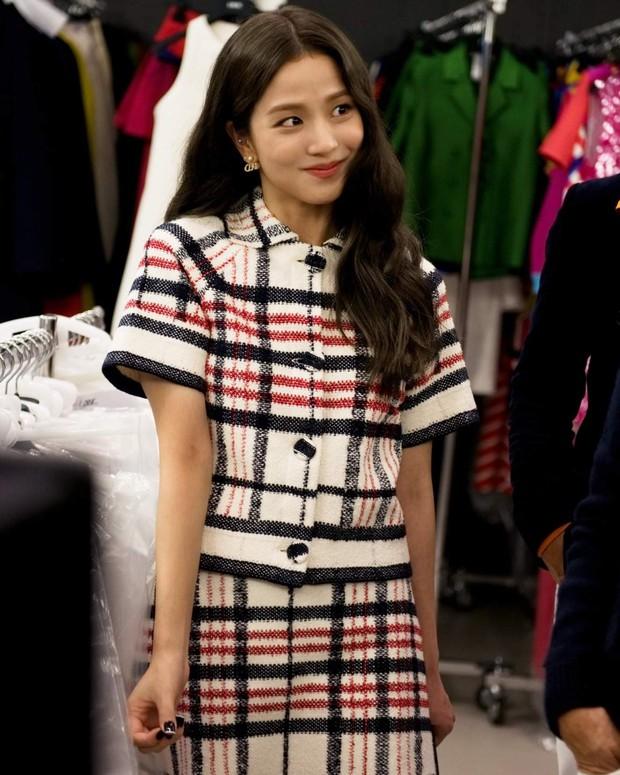 Jisoo tham quan xưởng may Dior: Đẹp đến mức đứng cười cũng thành ảnh tạp chí, thử đồ phát hóa... show diễn runway - Ảnh 7.