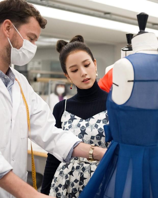 Jisoo tham quan xưởng may Dior: Đẹp đến mức đứng cười cũng thành ảnh tạp chí, thử đồ phát hóa... show diễn runway - Ảnh 2.