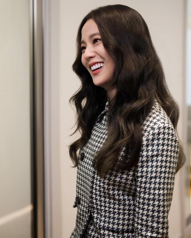 Jisoo tham quan xưởng may Dior: Đẹp đến mức đứng cười cũng thành ảnh tạp chí, thử đồ phát hóa... show diễn runway - Ảnh 3.