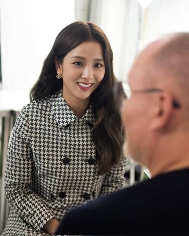 Jisoo tham quan xưởng may Dior: Đẹp đến mức đứng cười cũng thành ảnh tạp chí, thử đồ phát hóa... show diễn runway - Ảnh 6.
