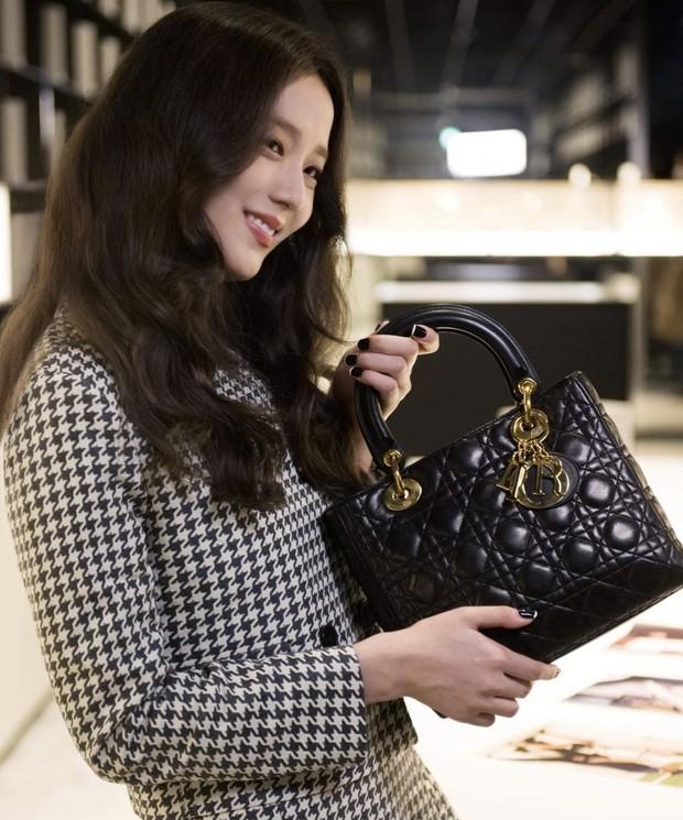 Jisoo tham quan xưởng may Dior: Đẹp đến mức đứng cười cũng thành ảnh tạp chí, thử đồ phát hóa... show diễn runway - Ảnh 5.