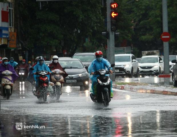 Hà Nội: Người dân đội mưa tầm tã, bật đèn đi làm sáng thứ Hai đầu tuần - Ảnh 13.