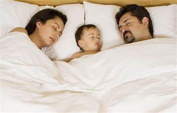 Sáng tỉnh dậy thấy con gái sơ sinh nằm chết bên cạnh mà không hiểu vì sao, bố mẹ ân hận cả đời khi nghe kết quả khám nghiệm  - Ảnh 2.