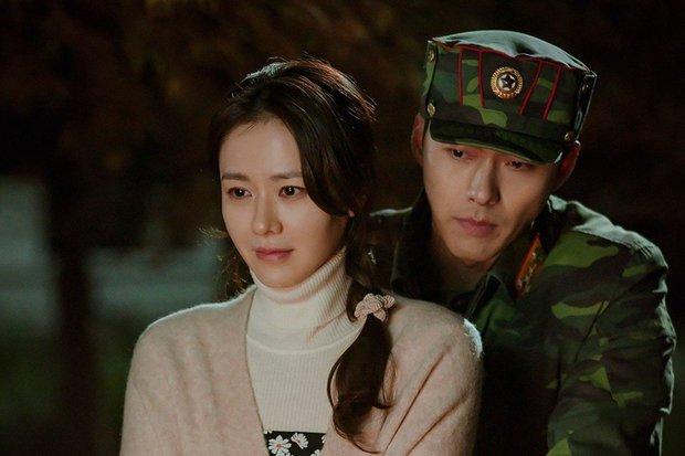 Cảnh Son Ye Jin che miệng cấm Hyun Bin hôn bị đào lại, nhìn đại úy lườm chị đẹp đến cháy mặt mà rụng tim - Ảnh 8.