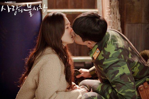 Cảnh Son Ye Jin che miệng cấm Hyun Bin hôn bị đào lại, nhìn đại úy lườm chị đẹp đến cháy mặt mà rụng tim - Ảnh 10.