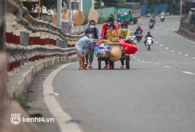 Cay mắt chuyện gia đình 5 người đẩy nhau trên chiếc xe ve chai rời Sài Gòn về quê: Xe máy bị mất trộm, kinh tế kiệt quệ rồi, đành đi bộ về thôi - Ảnh 2.