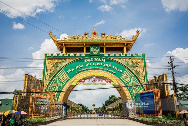 NÓNG: Đại gia Huỳnh Uy Dũng lần đầu nói về tin đồn rao bán Đại Nam - sang tên đổi chủ, vợ ngồi có hành động gây chú ý - Ảnh 2.