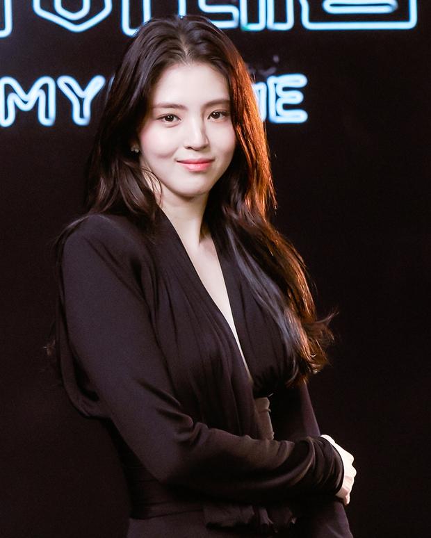 Ngất lịm vì tiểu tam Han So Hee diện váy xẻ sâu hoắm lộ vòng 1 căng tràn, khoảnh khắc suýt hớ hênh khiến netizen thót tim - Ảnh 2.