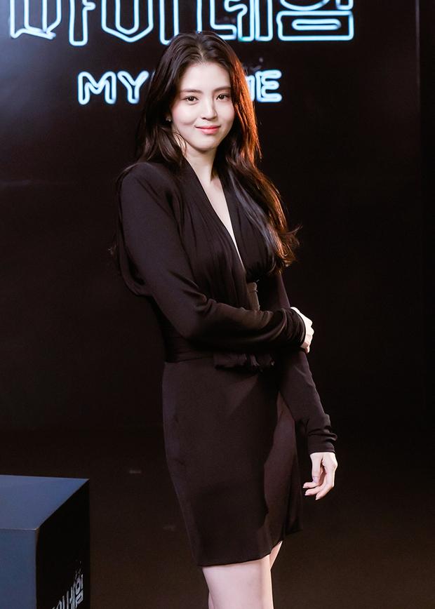 Ngất lịm vì tiểu tam Han So Hee diện váy xẻ sâu hoắm lộ vòng 1 căng tràn, khoảnh khắc suýt hớ hênh khiến netizen thót tim - Ảnh 4.