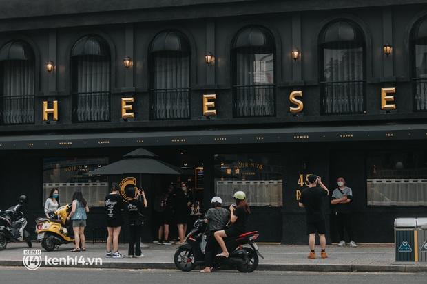 Cảnh đông nghẹt tại quán cà phê hot nhất Sài Gòn qua camera người đi đường, dân mạng e dè: Chờ check-in chắc ăn được 3 tô cơm! - Ảnh 1.