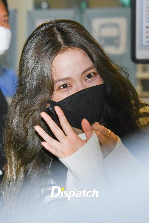 Jisoo (BLACKPINK) đổ bộ sân bay Hàn sau Paris Fashion Week, body thật bị bóc trần không thương tiếc vì loạt chi tiết kém xinh - Ảnh 2.