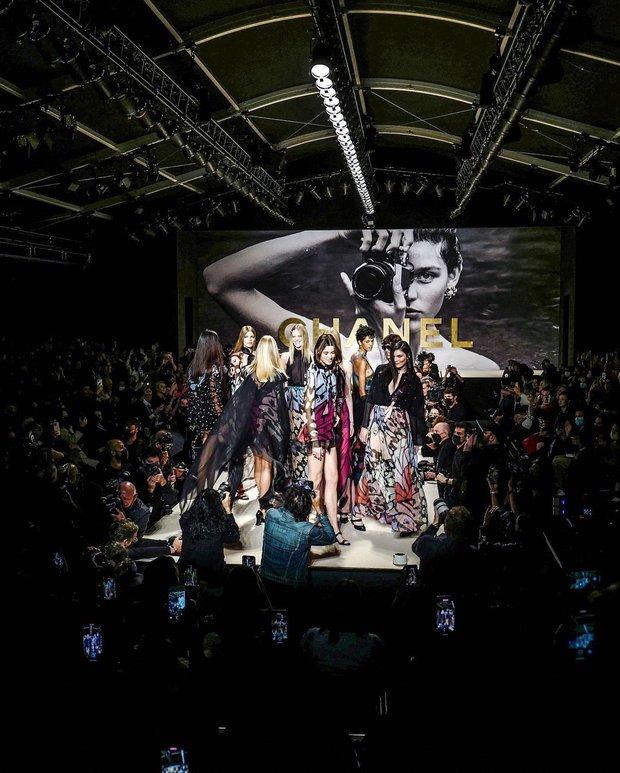 Chanel là thương hiệu duy nhất thực hiện điều này tại Fashion Week năm nay - Ảnh 7.