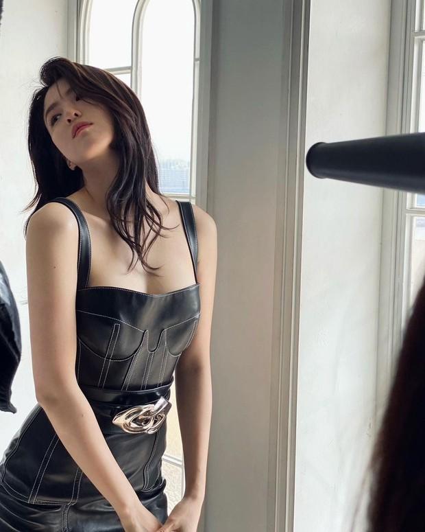 Ngất lịm vì tiểu tam Han So Hee diện váy xẻ sâu hoắm lộ vòng 1 căng tràn, khoảnh khắc suýt hớ hênh khiến netizen thót tim - Ảnh 8.