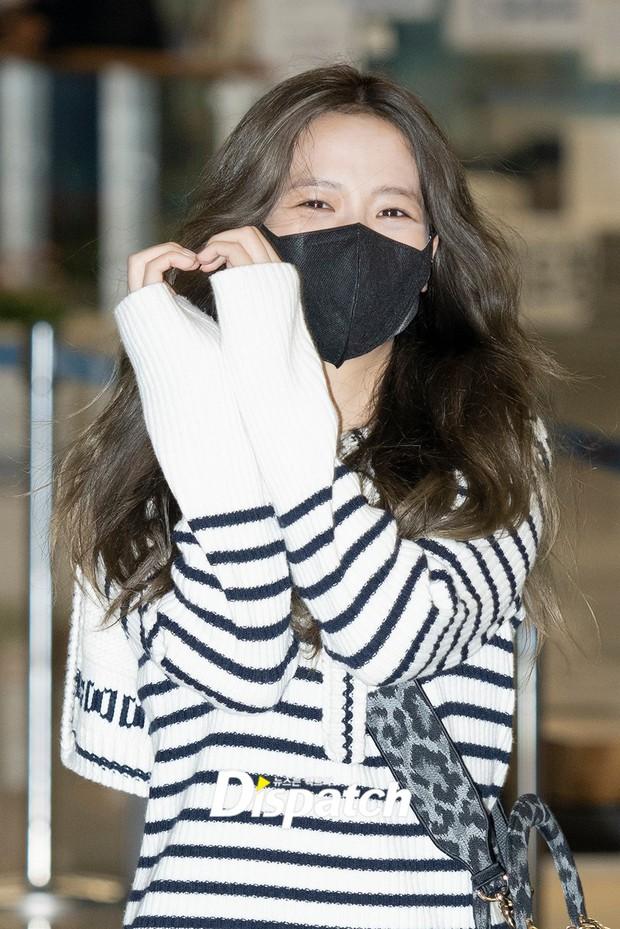 Jisoo (BLACKPINK) đổ bộ sân bay Hàn sau Paris Fashion Week, body thật bị bóc trần không thương tiếc vì loạt chi tiết kém xinh - Ảnh 3.