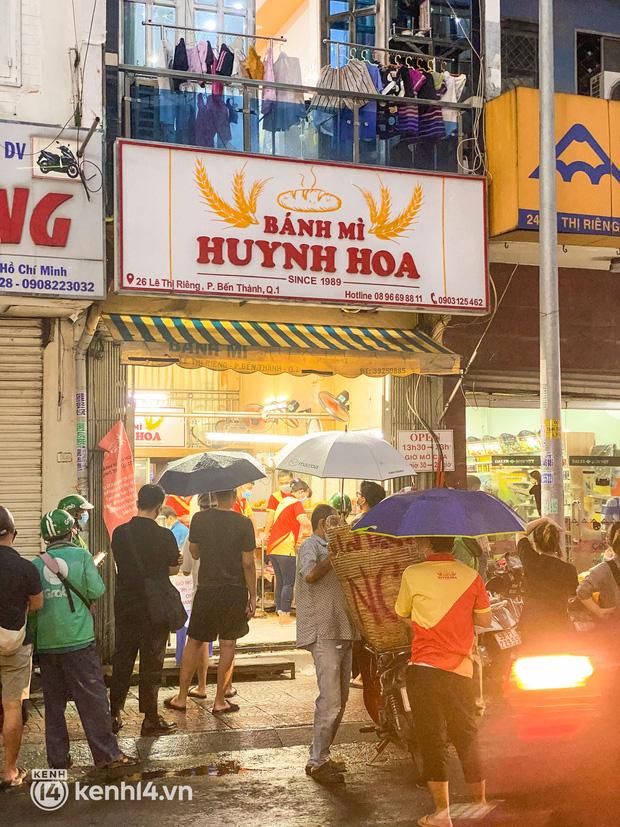 NGAY LÚC NÀY: Hàng chục người xếp hàng dưới mưa mua ổ bánh mì đắt nhất Sài Gòn, có khách hốt chục cái ăn trả thù mùa dịch! - Ảnh 4.