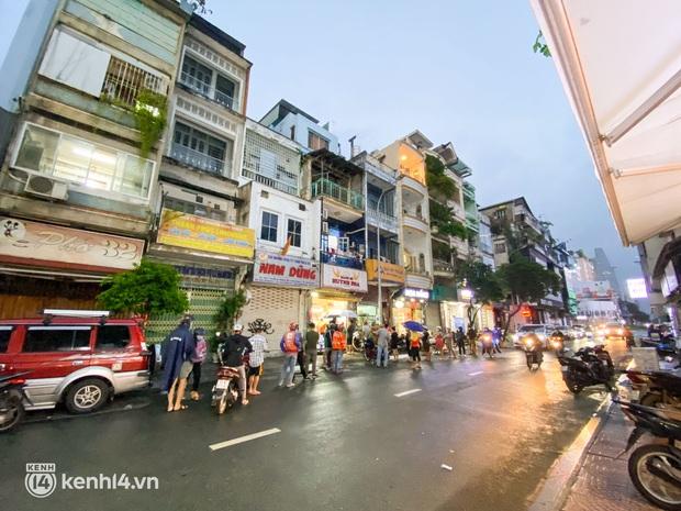 NGAY LÚC NÀY: Hàng chục người xếp hàng dưới mưa mua ổ bánh mì đắt nhất Sài Gòn, có khách hốt chục cái ăn trả thù mùa dịch! - Ảnh 8.