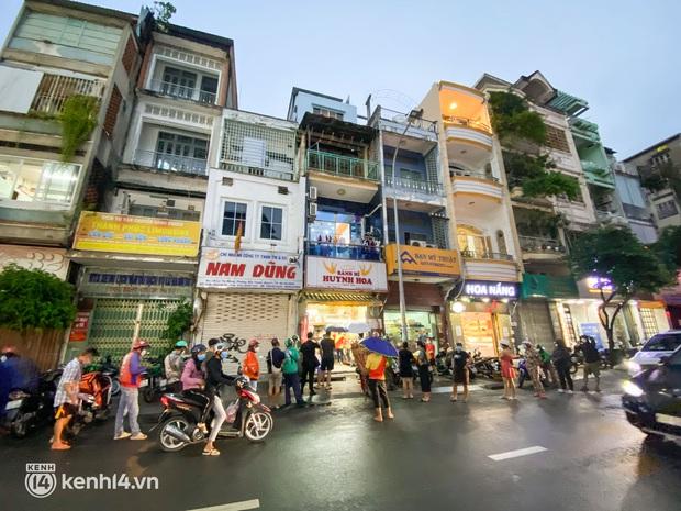 NGAY LÚC NÀY: Hàng chục người xếp hàng dưới mưa mua ổ bánh mì đắt nhất Sài Gòn, có khách hốt chục cái ăn trả thù mùa dịch! - Ảnh 2.