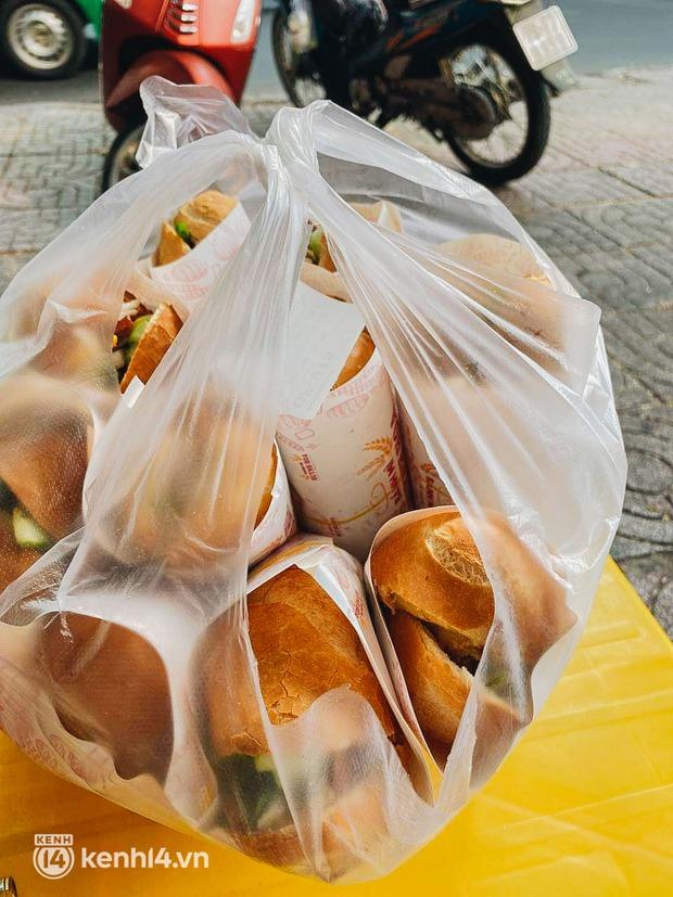 NGAY LÚC NÀY: Hàng chục người xếp hàng dưới mưa mua ổ bánh mì đắt nhất Sài Gòn, có khách hốt chục cái ăn trả thù mùa dịch! - Ảnh 7.