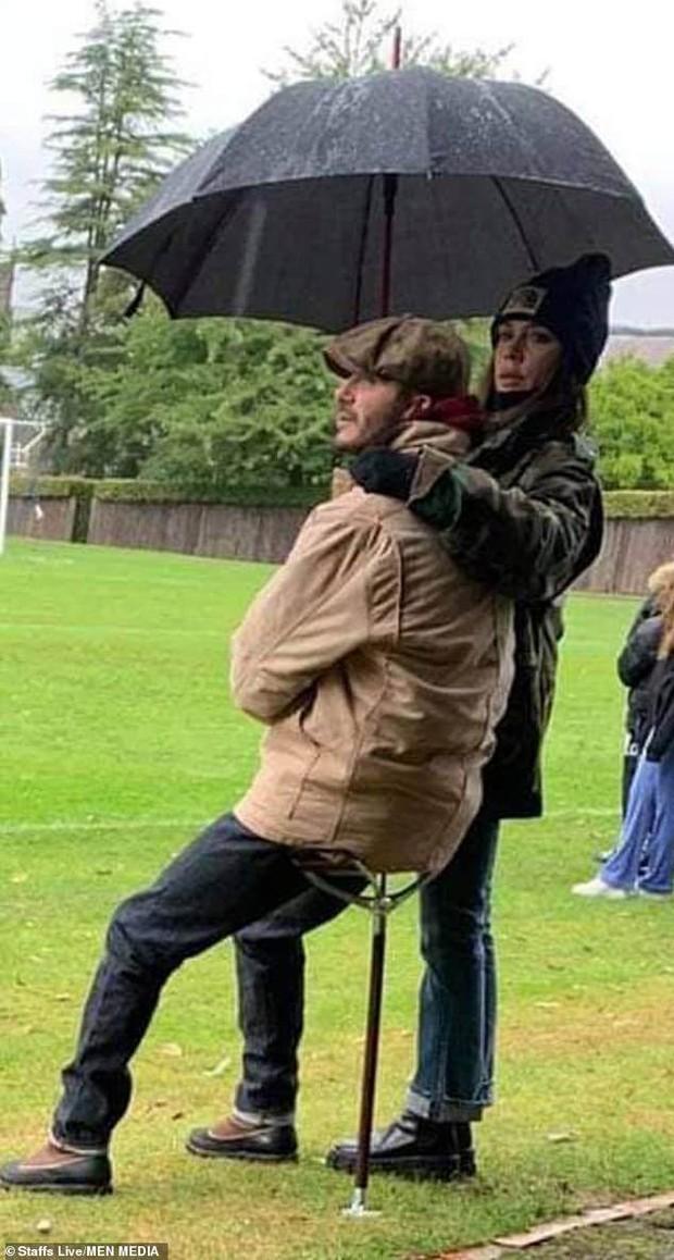 """Đến ủng hộ quý tử đá bóng, vợ chồng David Beckham lại chiếm spotlight, biến sân tập thành vựa """"cẩu lương"""" trá hình - Ảnh 2."""
