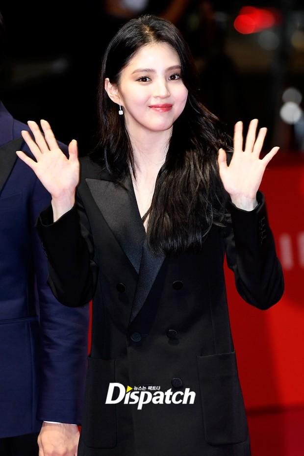Siêu thảm đỏ LHP Busan: Song Joong Ki đụng độ bạn thân Song Hye Kyo, Han So Hee sexy vẫn bị chị đại U45 lộng lẫy giành spotlight - Ảnh 8.