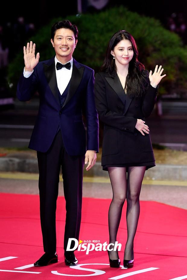 Siêu thảm đỏ LHP Busan: Song Joong Ki đụng độ bạn thân Song Hye Kyo, Han So Hee sexy vẫn bị chị đại U45 lộng lẫy giành spotlight - Ảnh 7.