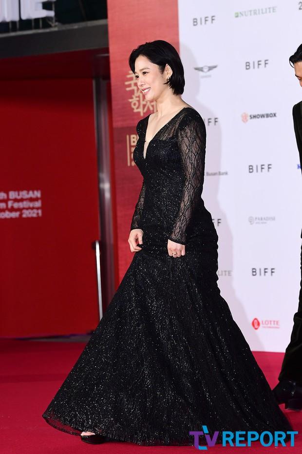 Siêu thảm đỏ LHP Busan: Song Joong Ki đụng độ bạn thân Song Hye Kyo, Han So Hee sexy vẫn bị chị đại U45 lộng lẫy giành spotlight - Ảnh 20.