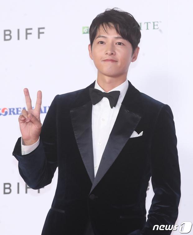 Siêu thảm đỏ LHP Busan: Song Joong Ki đụng độ bạn thân Song Hye Kyo, Han So Hee sexy vẫn bị chị đại U45 lộng lẫy giành spotlight - Ảnh 4.