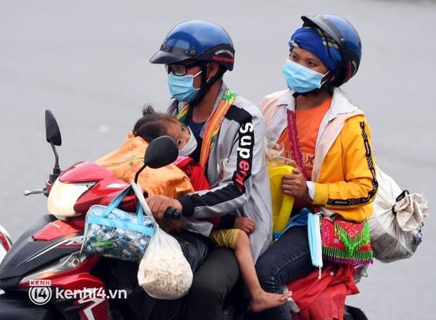Xót xa cảnh những đứa trẻ theo cha mẹ trên xe máy vượt hàng ngàn km từ miền Nam trở về các tỉnh vùng núi phía Bắc - Ảnh 1.