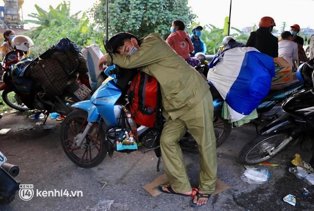 Xót xa cảnh ngã đâu là nhà, ngả đâu là giường của người dân nghèo trên hành trình từ các tỉnh phía Nam trở về quê hương - Ảnh 8.