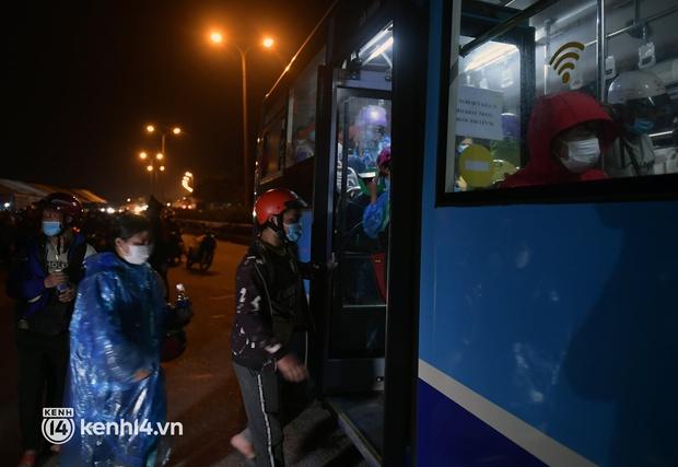 Xót xa cảnh những đứa trẻ theo cha mẹ trên xe máy vượt hàng ngàn km từ miền Nam trở về các tỉnh vùng núi phía Bắc - Ảnh 11.
