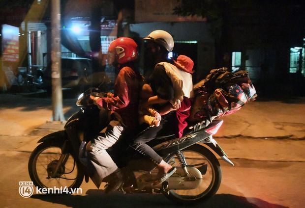 Xót xa cảnh những đứa trẻ theo cha mẹ trên xe máy vượt hàng ngàn km từ miền Nam trở về các tỉnh vùng núi phía Bắc - Ảnh 16.