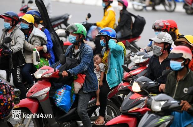 Xót xa cảnh những đứa trẻ theo cha mẹ trên xe máy vượt hàng ngàn km từ miền Nam trở về các tỉnh vùng núi phía Bắc - Ảnh 2.