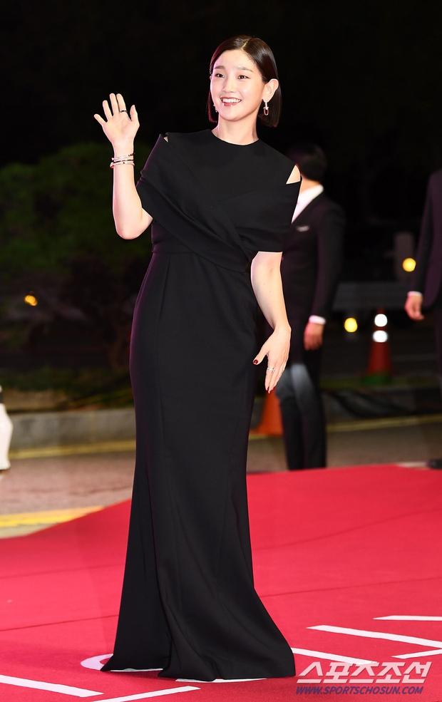Siêu thảm đỏ LHP Busan: Song Joong Ki đụng độ bạn thân Song Hye Kyo, Han So Hee sexy vẫn bị chị đại U45 lộng lẫy giành spotlight - Ảnh 17.