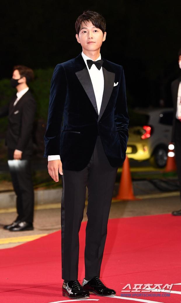 Siêu thảm đỏ LHP Busan: Song Joong Ki đụng độ bạn thân Song Hye Kyo, Han So Hee sexy vẫn bị chị đại U45 lộng lẫy giành spotlight - Ảnh 2.