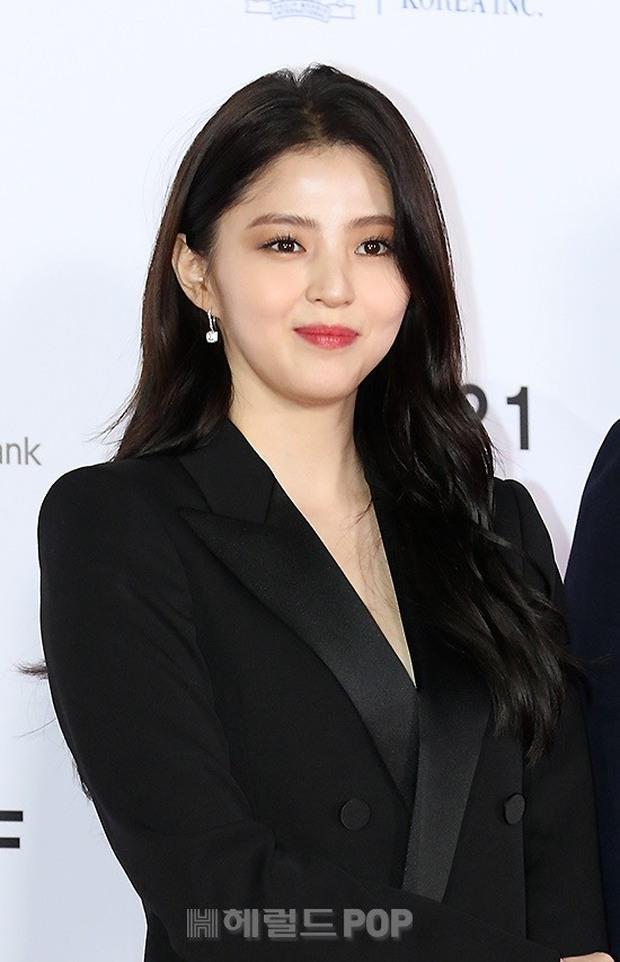 Siêu thảm đỏ LHP Busan: Song Joong Ki đụng độ bạn thân Song Hye Kyo, Han So Hee sexy vẫn bị chị đại U45 lộng lẫy giành spotlight - Ảnh 9.