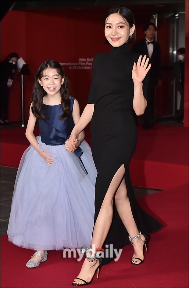 Siêu thảm đỏ LHP Busan: Song Joong Ki đụng độ bạn thân Song Hye Kyo, Han So Hee sexy vẫn bị chị đại U45 lộng lẫy giành spotlight - Ảnh 25.