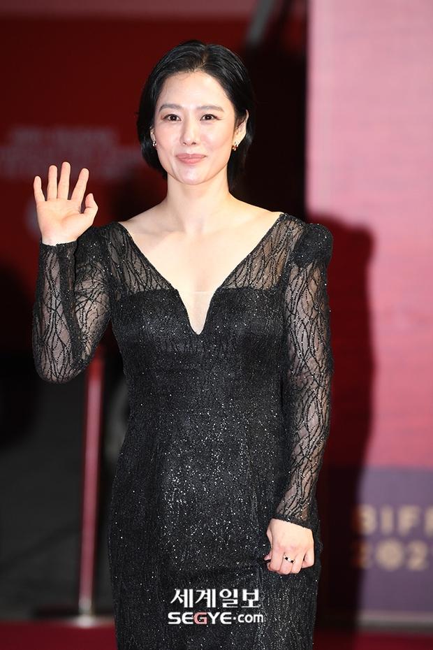 Siêu thảm đỏ LHP Busan: Song Joong Ki đụng độ bạn thân Song Hye Kyo, Han So Hee sexy vẫn bị chị đại U45 lộng lẫy giành spotlight - Ảnh 19.