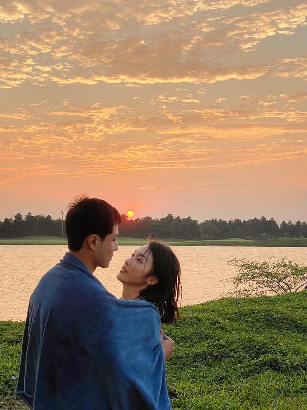 Thanh Sơn - Khả Ngân xả vai rồi nhưng vẫn nắm tay, hôn má cực ngọt như tình nhân, phim giả yêu thật hay sao đây! - Ảnh 8.
