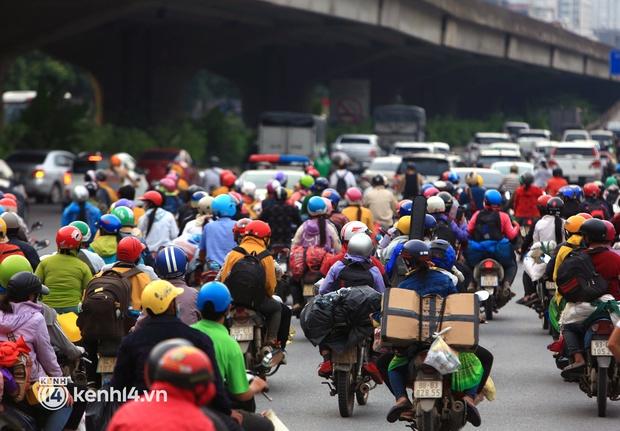 Xót xa cảnh những đứa trẻ theo cha mẹ trên xe máy vượt hàng ngàn km từ miền Nam trở về các tỉnh vùng núi phía Bắc - Ảnh 3.