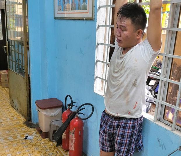 Thu giữ 4 con dao của thanh niên nghi ngáo đá đâm thượng uý Công an nguy kịch ở TP.HCM - Ảnh 1.