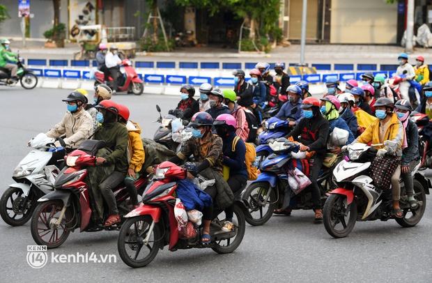 Xót xa cảnh những đứa trẻ theo cha mẹ trên xe máy vượt hàng ngàn km từ miền Nam trở về các tỉnh vùng núi phía Bắc - Ảnh 4.