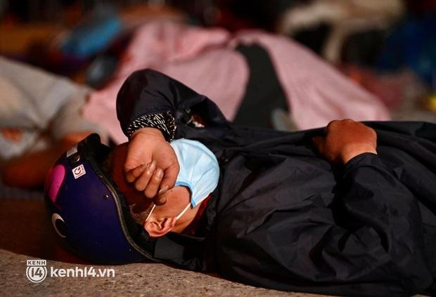 Xót xa cảnh ngã đâu là nhà, ngả đâu là giường của người dân nghèo trên hành trình từ các tỉnh phía Nam trở về quê hương - Ảnh 5.