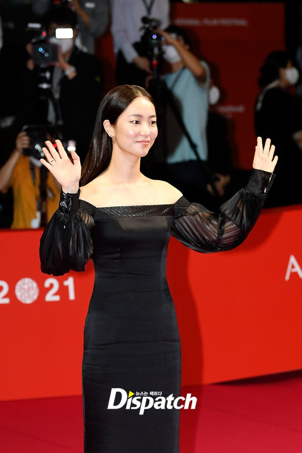 Siêu thảm đỏ LHP Busan: Song Joong Ki đụng độ bạn thân Song Hye Kyo, Han So Hee sexy vẫn bị chị đại U45 lộng lẫy giành spotlight - Ảnh 14.
