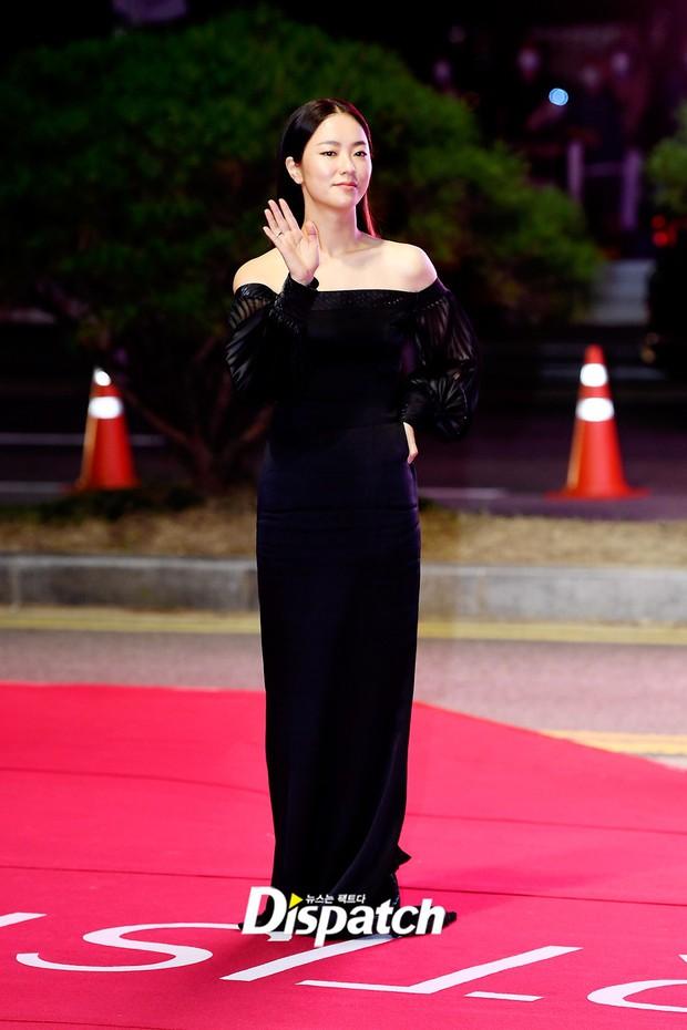 Siêu thảm đỏ LHP Busan: Song Joong Ki đụng độ bạn thân Song Hye Kyo, Han So Hee sexy vẫn bị chị đại U45 lộng lẫy giành spotlight - Ảnh 15.