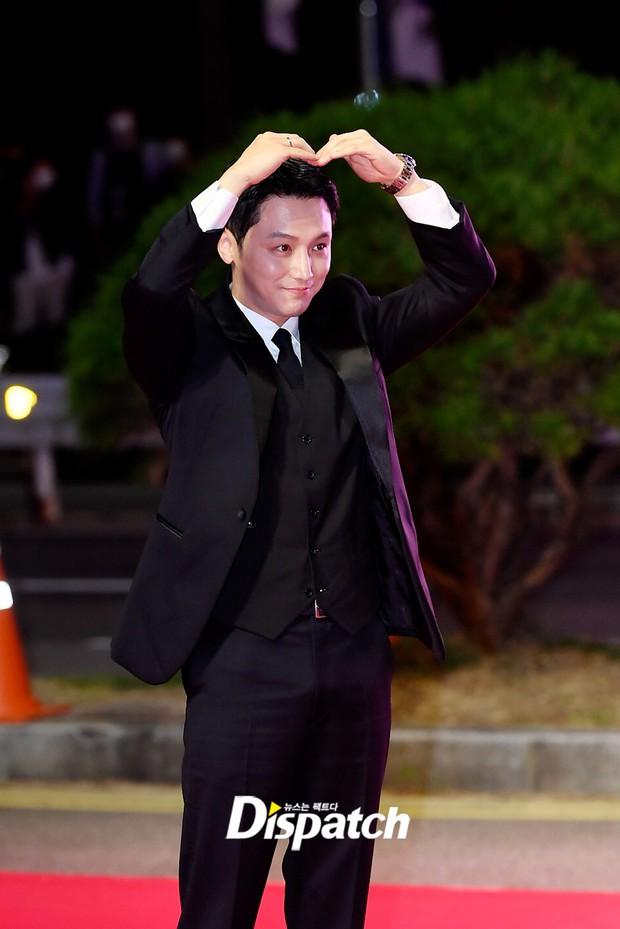 Siêu thảm đỏ LHP Busan: Song Joong Ki đụng độ bạn thân Song Hye Kyo, Han So Hee sexy vẫn bị chị đại U45 lộng lẫy giành spotlight - Ảnh 34.