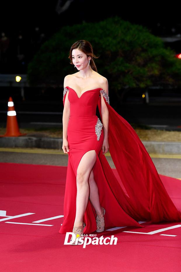 Siêu thảm đỏ LHP Busan: Song Joong Ki đụng độ bạn thân Song Hye Kyo, Han So Hee sexy vẫn bị chị đại U45 lộng lẫy giành spotlight - Ảnh 13.