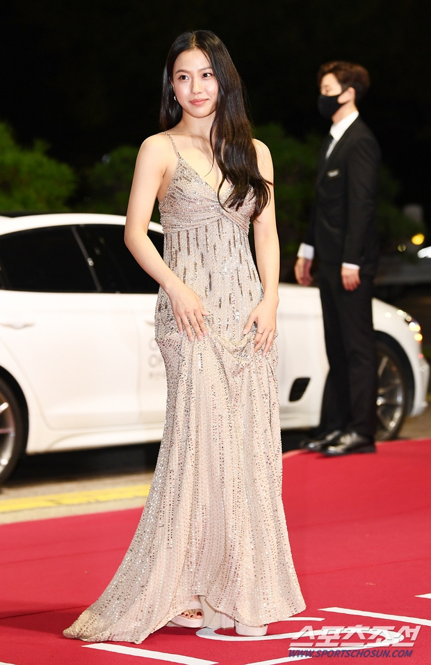 Siêu thảm đỏ LHP Busan: Song Joong Ki đụng độ bạn thân Song Hye Kyo, Han So Hee sexy vẫn bị chị đại U45 lộng lẫy giành spotlight - Ảnh 24.