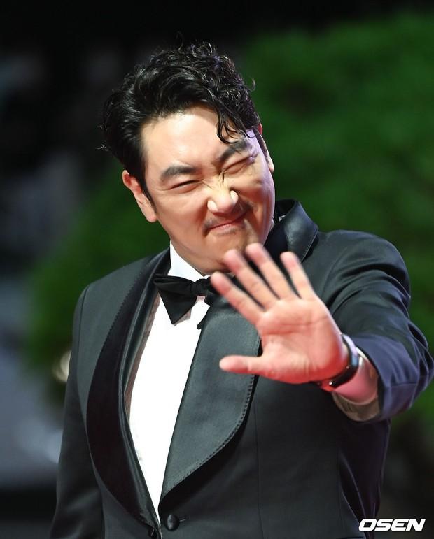 Siêu thảm đỏ LHP Busan: Song Joong Ki đụng độ bạn thân Song Hye Kyo, Han So Hee sexy vẫn bị chị đại U45 lộng lẫy giành spotlight - Ảnh 37.