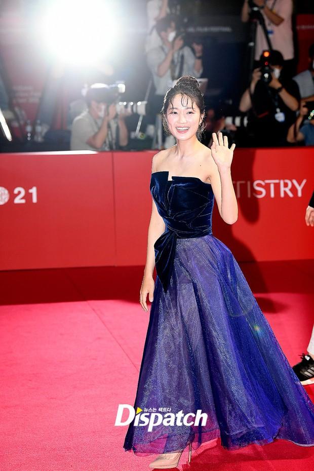 Siêu thảm đỏ LHP Busan: Song Joong Ki đụng độ bạn thân Song Hye Kyo, Han So Hee sexy vẫn bị chị đại U45 lộng lẫy giành spotlight - Ảnh 23.