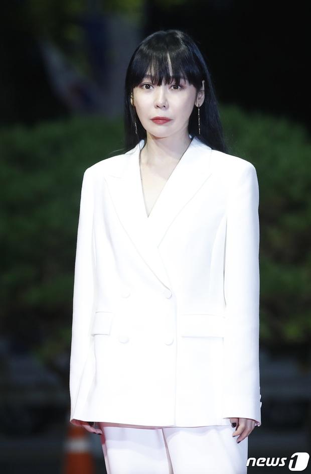 Siêu thảm đỏ LHP Busan: Song Joong Ki đụng độ bạn thân Song Hye Kyo, Han So Hee sexy vẫn bị chị đại U45 lộng lẫy giành spotlight - Ảnh 27.